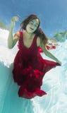 Underwater modelo en un vestido rojo Imagenes de archivo