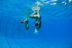 Underwater sincronizado das meninas Fotos de Stock Royalty Free