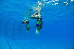 Underwater sincronizzato delle ragazze Fotografie Stock Libere da Diritti