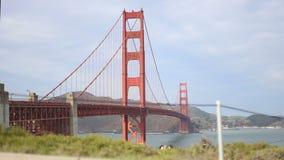Undeutlich gemachte Radfahrer in San Fransicso mit Golden gate bridge stock video footage
