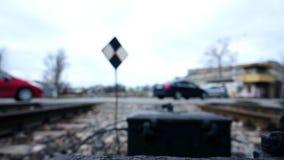 Undeutliche Autos und Leute am Bahnübergang stock footage