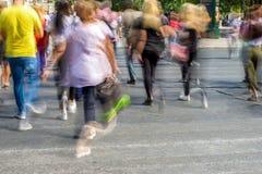 Undeutliche Leute, die in die Straße gehen Stockfotografie