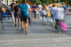 Undeutliche Leute, die in die Straße gehen Lizenzfreie Stockfotografie