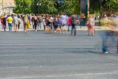 Undeutliche Leute, die in die Straße gehen Lizenzfreie Stockfotos