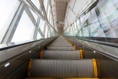 Undeutliche moderne Rolltreppe lizenzfreie stockbilder