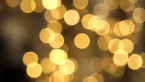 Undeutliche Weihnachtslichter aus Fokushintergrund heraus stock footage