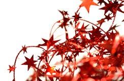 Undeutlicher abstrakter Hintergrund der roten Weihnachtsgirlande mit Rot spielt auf Weiß die Hauptrolle Lizenzfreies Stockbild