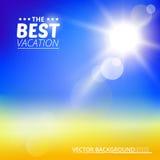 Undeutlicher gelber Strand und blauer Himmel mit Sommersonnenexplosion Stockbild