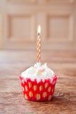 Undeutlicher Hintergrund des Geburtstagskleinen kuchens mit brennender Kerze Lizenzfreie Stockfotografie
