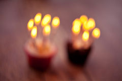 Undeutlicher Hintergrund des Geburtstagskleinen kuchens mit vielen brennenden Kerzen Stockfotos