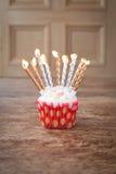 Undeutlicher Hintergrund des Geburtstagskleinen kuchens mit vielen brennenden Kerzen Lizenzfreies Stockfoto