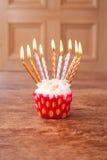 Undeutlicher Hintergrund des Geburtstagskleinen kuchens mit vielen brennenden Kerzen Lizenzfreies Stockbild