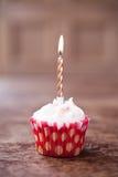 Undeutlicher Hintergrund des Geburtstagskleinen kuchens mit vielen brennenden Kerzen Stockfotografie