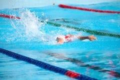 Undeutlicher Hintergrund des Spritzentropfenwassers auf Schwimmenrennen Lizenzfreie Stockfotografie