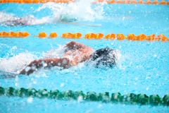 Undeutlicher Hintergrund des Spritzentropfenwassers auf Schwimmenrennen Stockbild