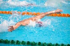 Undeutlicher Hintergrund des Spritzentropfenwassers auf Schwimmenrennen Stockfotografie