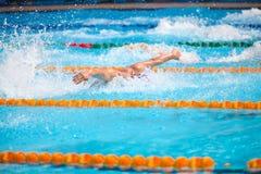 Undeutlicher Hintergrund des Spritzentropfenwassers auf Schwimmenrennen Stockbilder