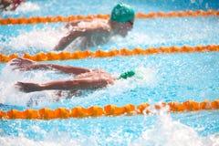 Undeutlicher Hintergrund des Spritzentropfenwassers auf Schwimmenrennen Lizenzfreies Stockfoto
