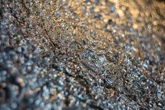Undeutlicher Hintergrund Steigung mit dunkler silberner zerknitterter Folie lizenzfreie stockfotografie