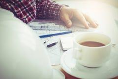 Undeutlicher Kaffeestubehintergrund im dunklen Ton des Lichtes Stockbilder
