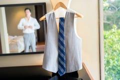 Undeutlicher Mann bereitet sich für sein Kleid vor Lizenzfreies Stockfoto