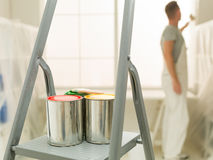 Undeutlicher Mann der Hausarbeit im Hintergrund Stockfotos