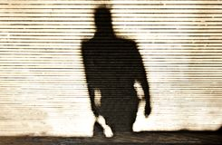 Undeutlicher Schatten eines Manngehens stockfotos
