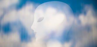 Undeutlicher weicher künstlicher blasser Kopf im Wolkenhintergrund reflec Lizenzfreie Stockfotografie