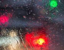 Undeutliches Autoschattenbild gesehen durch flüssige Schnee- und Wassertropfen Lizenzfreie Stockfotografie