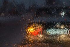 Undeutliches Autoschattenbild gesehen durch flüssige Schnee- und Wassertropfen Stockbild
