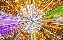 Undeutliches buntes Licht, das durch Zoomtechnikhintergrund und -beschaffenheit in der Nacht verbreitet Stockbilder