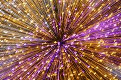 Undeutliches buntes Licht, das durch Zoomtechnikhintergrund und -beschaffenheit in der Nacht verbreitet Stockfoto