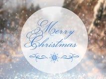 Undeutliches und abstraktes magisches Winterlandschaftsfoto mit Grußtext: Frohe Weihnachten Funkelnüberlagerung Stockfoto