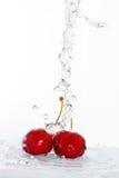 Undeutliches Wasser, das auf Kirschen gegossen wird Stockbilder
