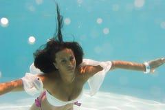 Undewater de la mujer en la piscina Foto de archivo libre de regalías