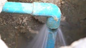 Undichtes Wasser vom blauen Rohr vom Untergrund stock video