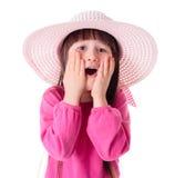 Undra flickan som bär den rosa solhatten Royaltyfri Foto