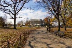 Undra in mot Lincoln Memorial i klar vinterdag fotografering för bildbyråer