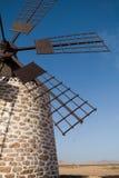 Undre do gerador de vento o céu azul Imagens de Stock Royalty Free