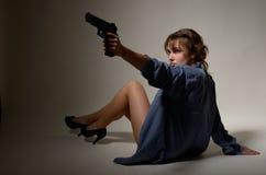 Undressed flicka med en handeldvapen royaltyfri fotografi