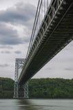Undrside da ponte de George Washington no dia nebuloso Imagens de Stock Royalty Free