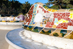 unduladed长凳的细节在公园Guell,巴塞罗那 图库摄影