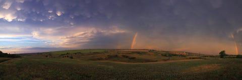 Undulatus-asperatus und doppelter Regenbogen lizenzfreies stockfoto