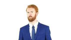 Undvika sinnesrörelser av den röda hårskäggaffärsmannen, vit bakgrund fotografering för bildbyråer