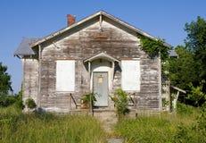 Une école rurale abandonnée de pièce Images libres de droits