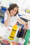 Une écolière dans une classe d'art Photographie stock libre de droits