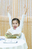 Écolière à son bureau Image stock