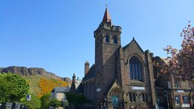 Une église avec des collines à l'arrière-plan Image libre de droits