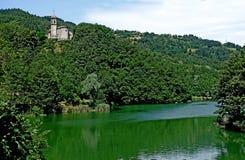 Une église avec sa tour de cloche sur le lac du ` Alpi de vallon de Castel Photo stock