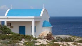 Une église bleue et blanche orthodoxe traditionnelle banque de vidéos
